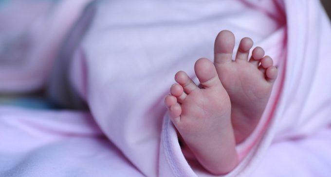 Cede la figlia neonata ad una coppia sterile. Scattano le manette per tre marsalesi