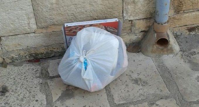 """Il lettore scrive: """"Basta sacchetti di spazzatura davanti la mia porta"""""""