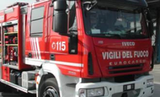 Pesa 250 kg, intervengono i pompieri per soccorrerlo