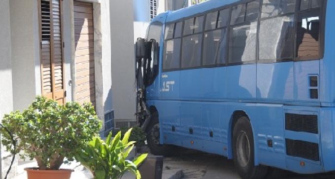 Partanna: Autobus AST impatta contro un'auto e termina la sua corsa contro una casa