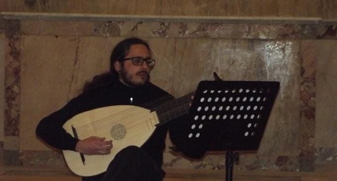Partanna: il musicista Michele Secchia allieta il suo pubblico con il suono del liuto
