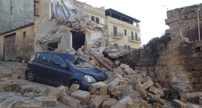 Partanna: crolla un fabbricato, distrutte due autovetture