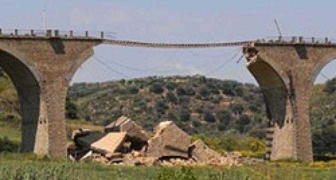Crolla una parte di ponte lungo la statale 115, nessun ferito