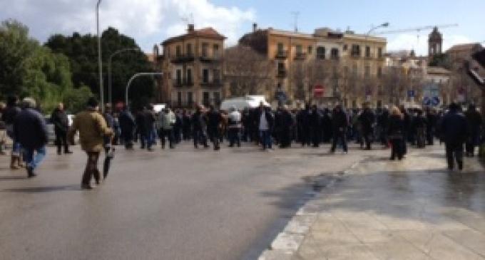 Palermo: operai protestano davanti alla Regione