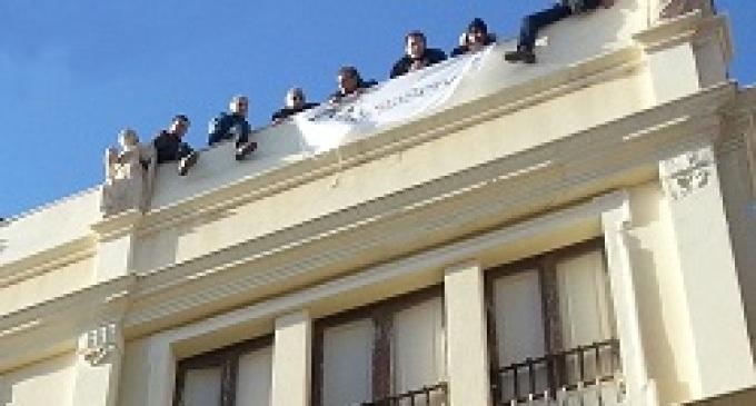 Trapani: operai della Megaservice sul tetto per protesta