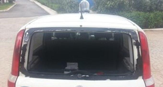 Un'autoradio dell'Europol colpita da un masso lanciato da ignoti