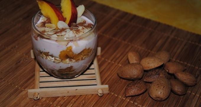 """""""…le delizie del PaLato"""": Coppe allo yogurt con pesca, miele e mandorle"""