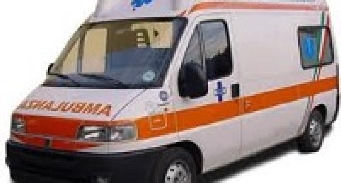 Militari intervengono per soccorrere due persone coinvolte in un incidente sulla Palermo-Catania