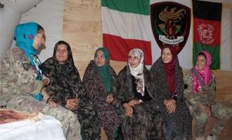 Afghanistan: Le soldatesse della Transition Support Unit-South incontrano le donne dell'associazione femminile di Farah.