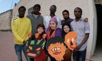 Carnevale è… Integrazione, maschere d'Africa con le mani dei migranti e dei bambini