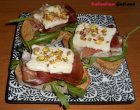 """""""…le delizie del PaLato"""": Crostoni di segale con rucola, speck, Taleggio e pistacchi tostati"""