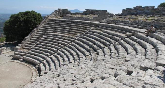 """Il 6 luglio al Teatro di Segesta """"Versi diVini, vini di Versi"""""""