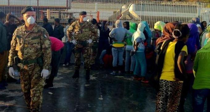 Esercito: i militari dell'operazione strade sicure accolgono oltre 350 immigrati giunti a Lampedusa