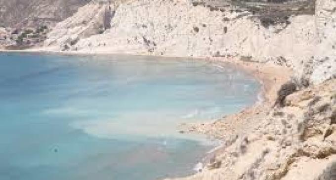 Scala dei Turchi, i turisti rubano la marna bianca della scogliera
