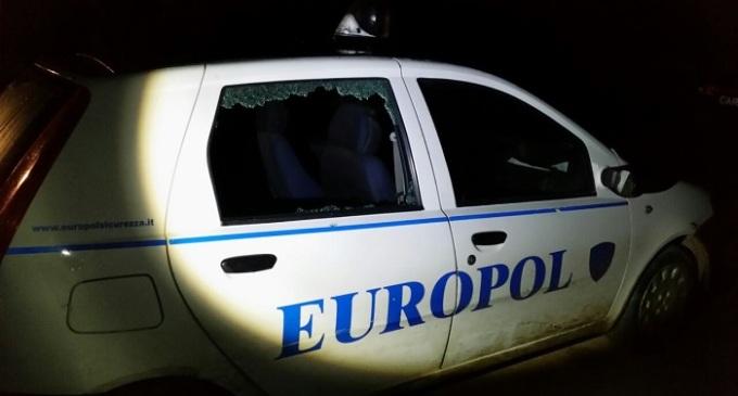 Auto Europol colpita da colpi di arma da fuoco
