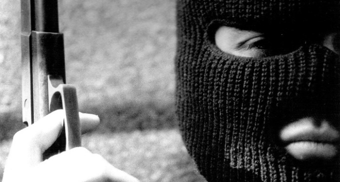 Castelvetrano, assalto al distributore: auto contro la vetrina