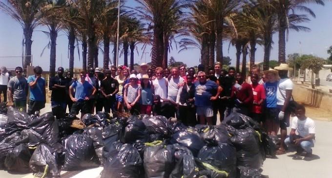 Un gruppo di volontari ha ripulito la borgata di Triscina