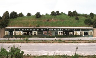 Le vetrate di ingresso del Parco Archeologico di Selinunte impreziosite con immagini doriche