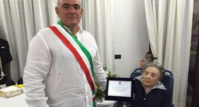 Santa Ninfa: festeggiata centenaria, sindaco dona targa