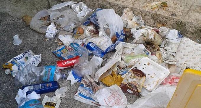 Partanna: in via Piersanti Mattarella e in piazza Aldo Moro i rifiuti finiscono in strada