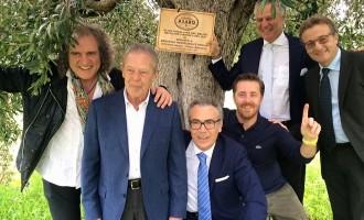 L'imprenditore partannese Tommaso Asaro dona degli ulivi a partner commerciali americani