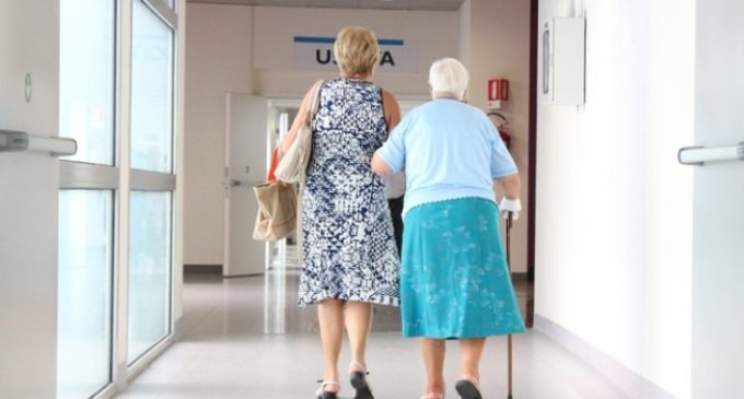 Seda l'anziana e le svaligia casa. La badante ingaggiata su internet
