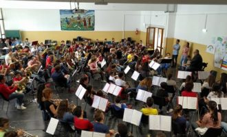 """Santa Ninfa, oggi pomeriggio il grande concerto di """"Orchestriamo"""". Ben 200 i ragazzi che si esibiranno. Dirige il maestro Michele De Luca"""
