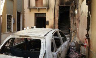 Salemi, un'auto in fiamme poi il panico. Vigile del fuoco trae in salvo tre bambini