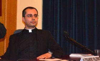 Benedizione dei cellulari. Don Alessandro promuove l'iniziativa per Santa Lucia. Ecco i motivi