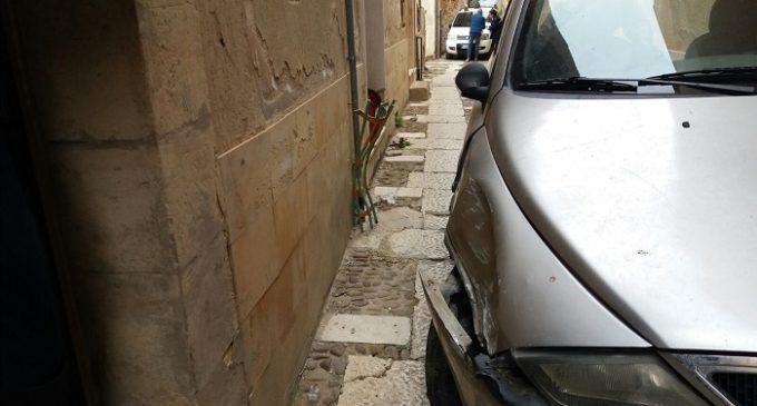 Salemi, perde il controllo dell'auto e trancia tubo del gas. Paventata l'esplosione