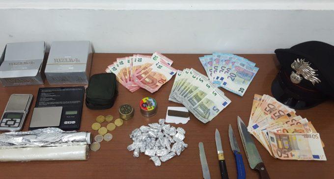 Sorpreso con la droga in casa, arrestato venticinquenne