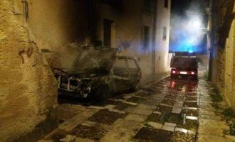 Salemi, a fuoco un'auto nella notte. Distrutta una panda nel centro storico