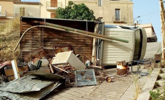 Salemi, si ribalta un camioncino carico di materiale ferroso