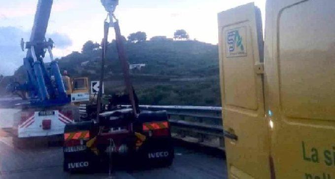 A29: Perde il controllo del tir e la motrice cade giù dal ponte autostradale