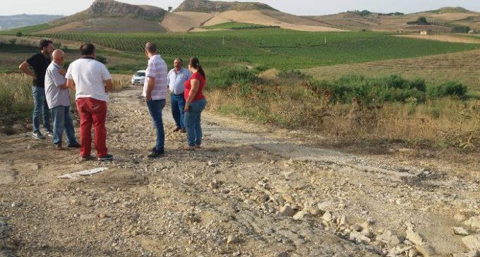 """Una strada """"fantasma"""", a rischio i mezzi e il raccolto degli Agricoltori. Il M5s Salemi: """"Occorrono interventi urgenti"""""""
