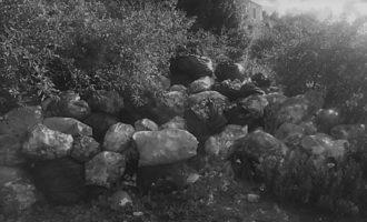 """Parco di Segesta, perdura la montagna di """"rifiuti informi"""". Sarà forse una installazione artistica?"""