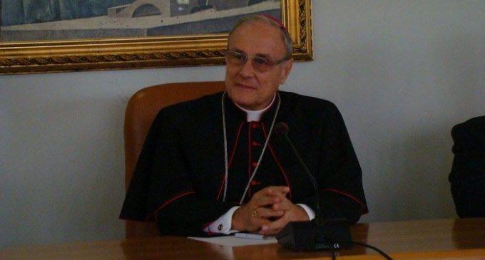 Salvini usa il Rosario in un comizio. Il Vescovo Mogavero interviene: «È ora di finirla»
