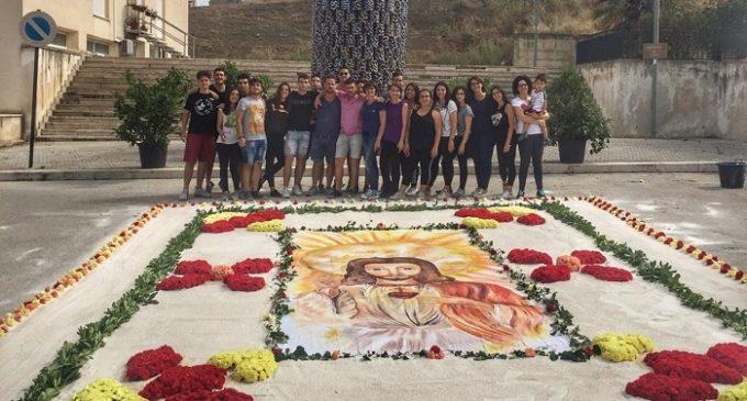 """Gibellina, Per il """"Corpus Domini"""" realizzata l'infiorata dal Gruppo parrocchiale Giovani"""