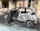 Momenti di paura in via Risorgimento a Partanna. A fuoco un'auto, pericolo scampato per il conducente